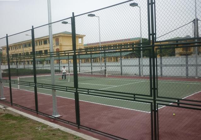 anh-cot-den-san-tennis