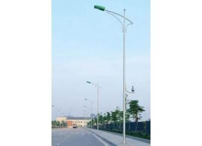 Cột đèn cao áp lắp đặt trên đường quốc lộ