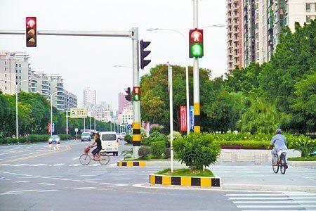 Cột đèn giao thông xà bắt ngang - phù hợp lắp đặt nhiều loại đèn tín hiệu giao thông