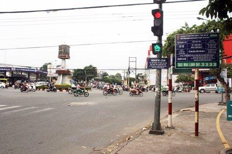 Cột đèn tín hiệu giao thông đường phố quen thuộc với người tham gia giao thông đô thị