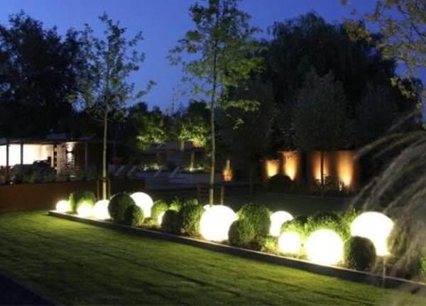 Minh họa vị trí sắp đặt đèn cầu trong vườn xen lẫn cây tỉa hình cầu
