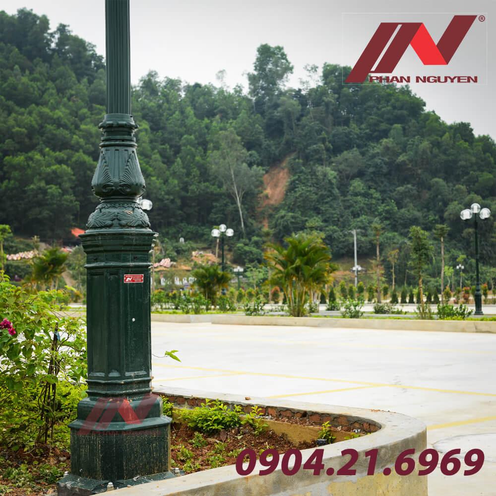 cột đèn sân vườn đế gang