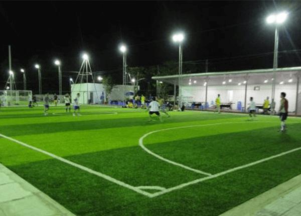 Đèn cao áp thường được sử dụng nhiều trong sân bóng ngoài trời