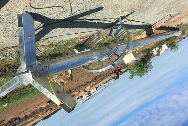 Hệ thống cột thép và nâng hạ giàn đèn được thiết kế chắc chắn và tinh tế