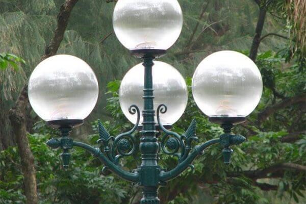 Đèn cầu phổ biến trong trang trí vườn