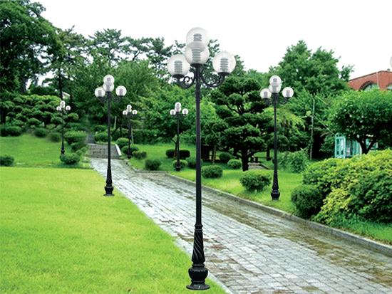 Sử dụng cột đèn sân vườn vói thiết kế đẹp để chiếu sáng không gian