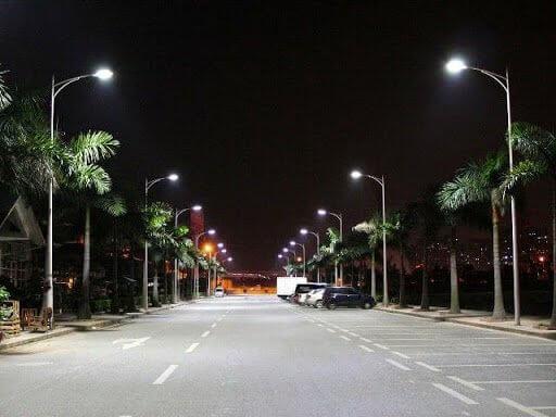 Nhân viên tại Phan Nguyễn hoàn thiện lắp đặt cột đèn cao áp tại Bình Thuận một cách nhanh chóng