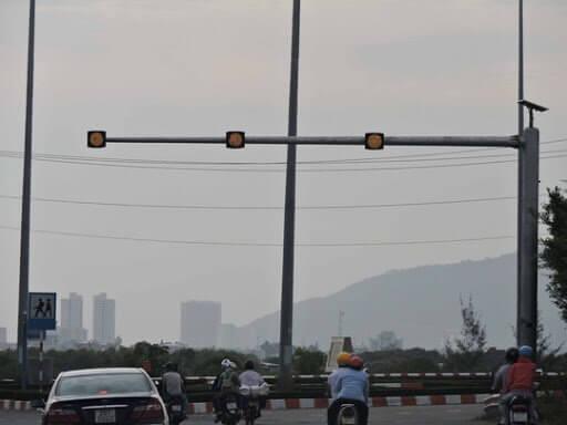 Đèn vàng tín hiệu giao thông sử dụng năng lượng mặt trời giúp tài xế biết được đoạn nào nguy hiểm.