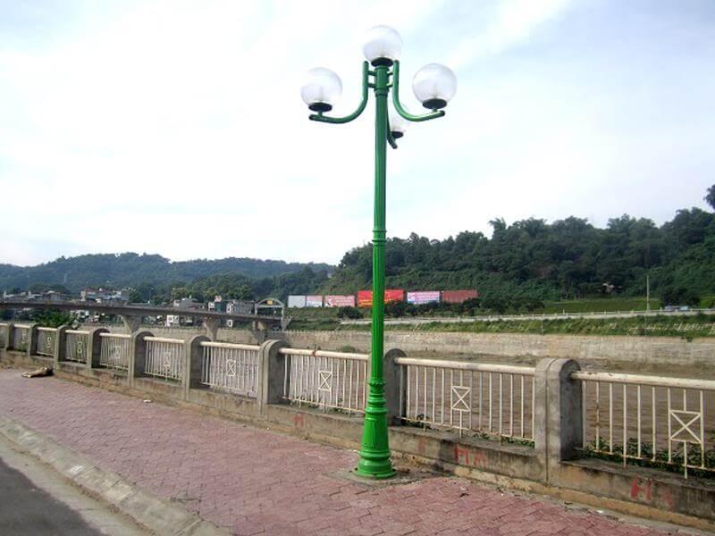 Cột đèn PINE có phần đế và thân vững chãi, chắc chắn