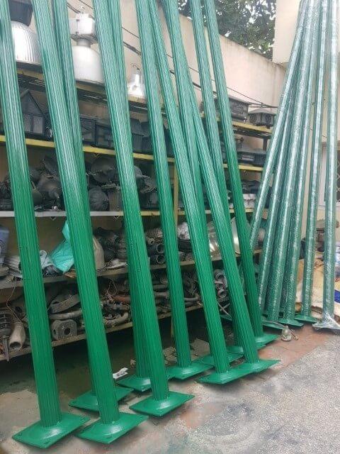 Cột đèn sân vườn Arlequin được phủ một lớp sơn trang trí màu xanh lá cây vô cùng nổi bật
