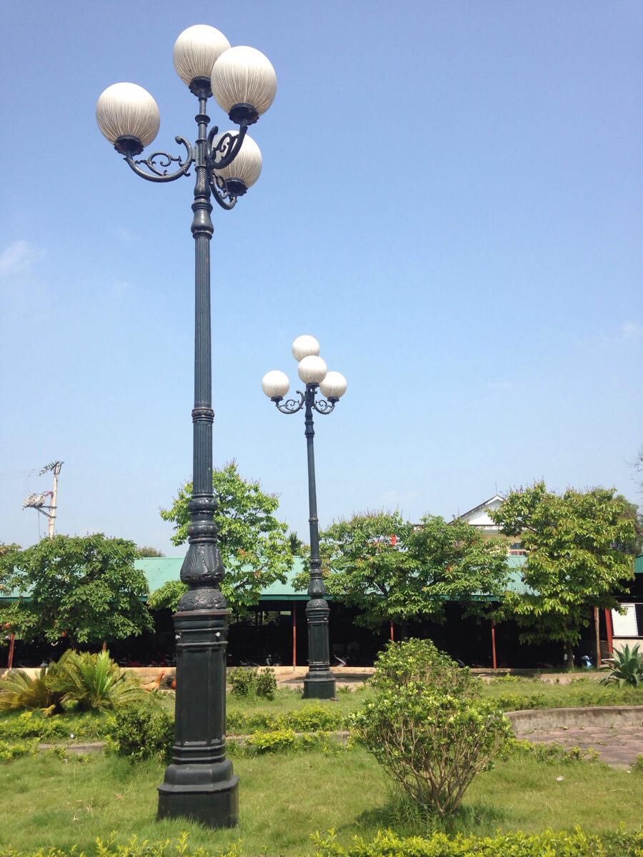 Cột đèn sân vườn PINE lắp tay chùm CH07 - 4 bóng.