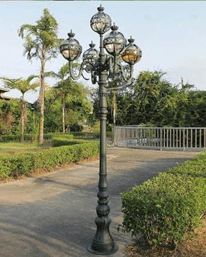 Cột đèn ứng dụng nhiều trong chiếu sáng quảng trường, công viên