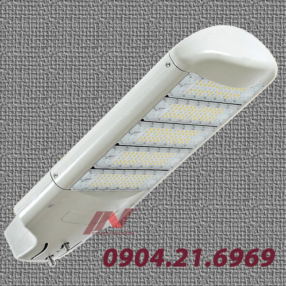 Đèn đường led Halumos Hp được thiết kế phù hợp với mọi công trình.Thông tin chi tiết về sản phẩm- Tên sản phẩm: đèn đường led 50w Halumos Hp- Công suất chiếu sáng: 50w.- Hiệu suất ánh sáng: >= 120lm/w.- Quang thông hệ thống: 6400lm- Kích thước đèn: 660x345x126mm.- Kích thước hộp bao: 740x390x210mm- Phạm vi sử dụng: mọi công trình như khu đô thị, sân vườn, đường giao thông.Thông số kỹ thuật của đèn đường led Halumos Hp.Đèn đường led 50w - Halumos Hp sự lựa chọn hoàn hảo cho mọi công trìnhĐèn đường led Halumos Hp mang tới cho không gian và vị trí lắp đặt nhiều ưu điểm. Vì vậy đây chắc chắn sẽ là sự lựa chọn hoàn hảo cho mọi công trình xây dựng.Tiết kiệm điện năng tiêu thụĐèn đường led Halumos Hp được thiết kế với bộ DIM 5 cấp độ, giúp người sử dụng có thể điều khiển mức năng lượng chiếu sáng sao cho phù hợp nhất. Từ đó, giúp tiết kiệm điện năng tới mức tối đa.Hơn hết, loại đèn này được sản xuất trên dây chuyền công nghệ hiện đại nên không chỉ tiết kiệm điện năng mà còn chất lượng tốt. Đây chính là một trong những lý do sản phẩm được nhiều người lựa chọn cho mọi công trình dù lớn hay nhỏ.Nguồn sáng của đèn đường led 50w Halumos Hp đảm bảo đúng tiêu chuẩn đã được quy định. Lý do là vì Phan Nguyễn sử dụng bộ đèn chip led và nguồn philip cao cấp khách hàng hoàn toàn có thể yên tâm về chất lượng cũng như điện năng tiêu thụ.Chất liệu cao cấp, chắc chắnCó thể nói đèn đường led 50w Halumos Hp tại Phan Nguyễn được sản xuất bằng nhiều vật liệu chắc chắn không bị oxy hóa. Cho nên mang tới chất lượng công trình tốt, tuổi thọ cao và bền bỉ theo thời gian.Điển hình như phần vỏ đèn được là từ vật liệu nhôm áp lực được sơn tĩnh điện cao cấp. Như vậy giúp bảo vệ đèn và các bộ phận bên trong một cách tốt nhất dưới mọi tác động của thời tiết, ngay cả thời tiết vô cùng khắc nghiệt.Đèn đường led có thiết kế ấn tượng, tiết kiệm điện năng.Mang lại tính thẩm mỹ cho công trìnhKiểu dáng và thiết kế của đèn đường led Halumos Hp 50w đã được Phan Nguyễn nghiên cứu kỹ càng để mang tới cho công trì