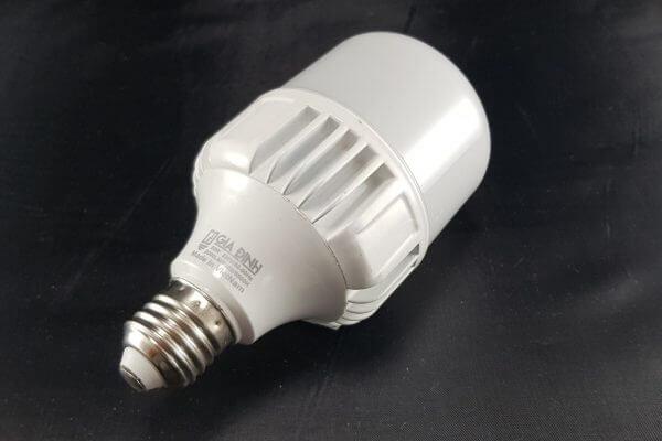 Bóng đèn LED có ánh sáng vàng là thiết bị chiếu sáng thông dụng