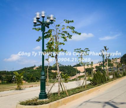 so sánh cột đèn sân vườn bằng gang và cột đèn sân vườn bằng thép