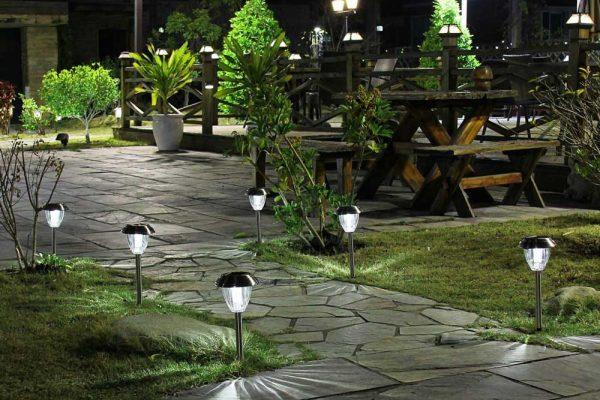 Những ý tưởng bài trí đèn chiếu sáng sân vườn đẹp